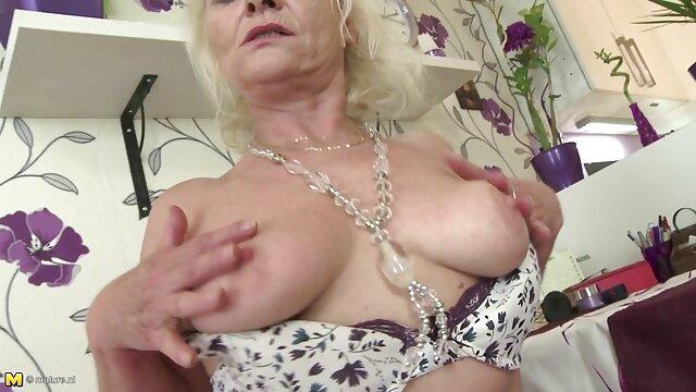 Pornó nincs regisztráció  Az Európai Divat lány élvezi az anyafija sex öreg, majd rábaszik.