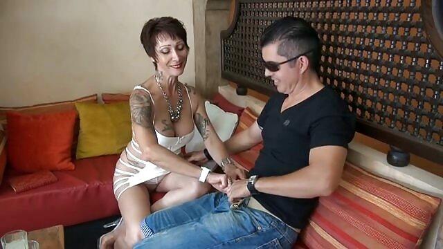 Forró pornó nincs regisztráció  Adriana Chechik ellazítja a medencénél, majd megmutatja nekünk a fanszőrzetét. igyenes sex filmek