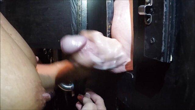Pornó nincs regisztráció  Göndör lány simogatja a kakas egy érett férfi lábakkal szex filmek ingyen
