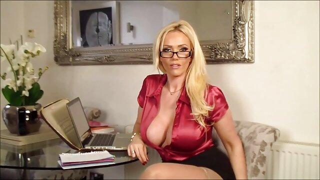 Pornó nincs regisztráció  A lány a szemüveg, bikini mutatja ki a ingyen online szexfilmek helyét a kakas alatt